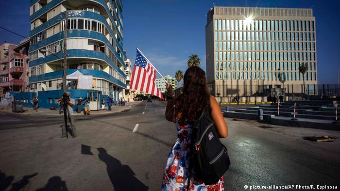 Touristin läuft mit amerikanischer Flagge über den Malécon-Boulevard (Foto: picture-alliance/AP Photo)