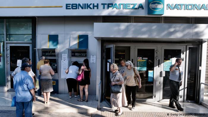 Очередь у банкоматов в Афинах (фото из архива)