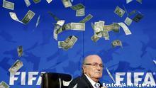 Schweiz Sepp Blatter wird bei Pressekonferenz mit Geldscheinen beworfen