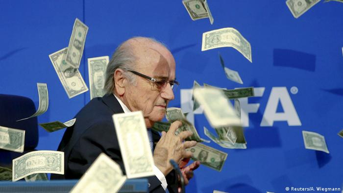 Schweiz Sepp Blatter wird bei Pressekonferenz mit Geldscheinen beworfen (Reuters/A. Wiegmann)