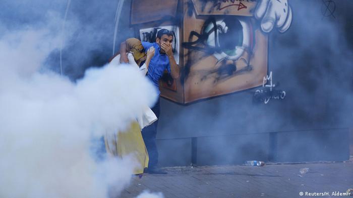 Protestas en Estambul contra los ataques militares contra el PKK respondidas con gases lacrimógenos por la policía. (Archivo)