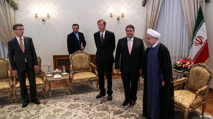 Nach der Einigung mit den 5+1 auf das Atomabkommen begann für den Iran ein neues Kapitel in seinen internationalen Beziehungen. Westliche Politiker reisten nach Teheran, um die wirtschaftlichen Verbindungen zu beleben. Doch Rohanis großes Versprechen ging nicht in Erfüllung: dass mit der Aufhebung der internationalen Sanktionen die Wirtschaft in Schwung kommt und neue Arbeitsplätze entstehen.