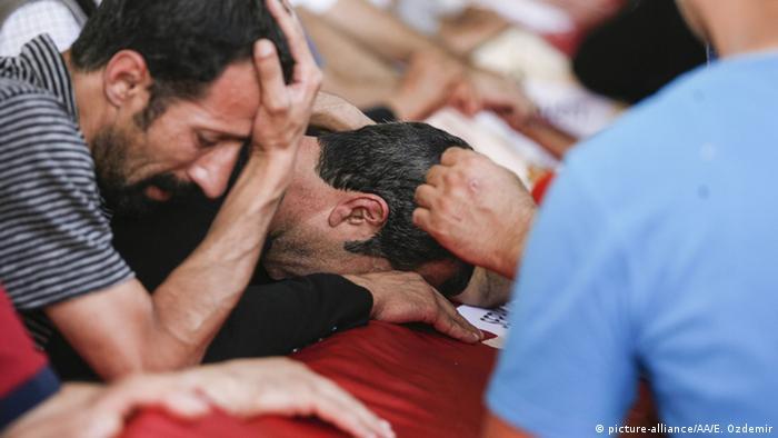 Trauernde Menschen (Foto: picture-alliance/AA/E. Ozdemir)