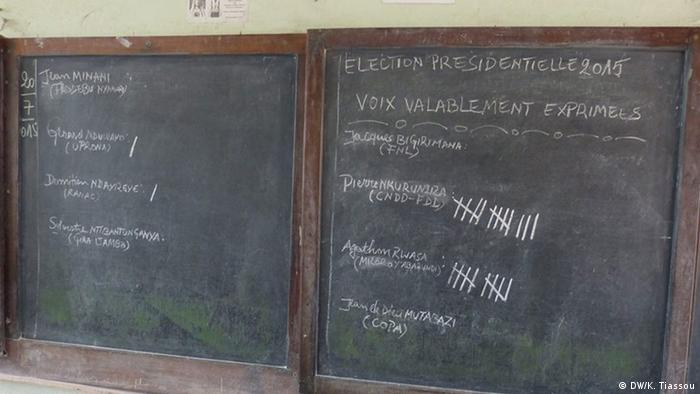 A blackboard shows the tallying of results (DW/K. Tiassou)