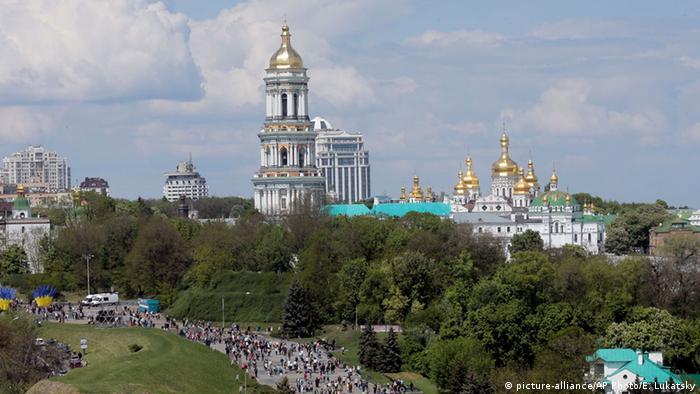 Дзвіниця Києво-Печерської лаври була споруджена в 1731-1745 роках німецьким архітектором Ґотфрідом Йоганном Шеделем (Gottfried Johann Schädel). До середини 20-го століття ця дзвіниця 96,5 метра заввишки була найвищою будівлею в Києві. Донині дзвіниця Києво-Печерської лаври належить до найвищих дзвіниць православних церков.