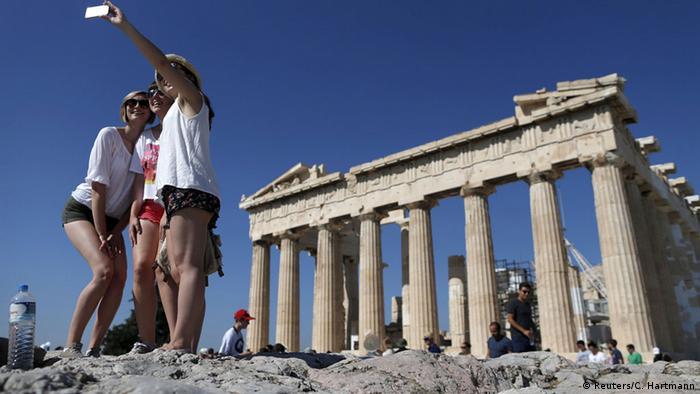 Griechenland, Touristen an der Akropolis in Athen