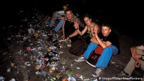 Young people sit in the rubbish during the Love Parade festival (Foto: imago/Müller-Stauffenberg)