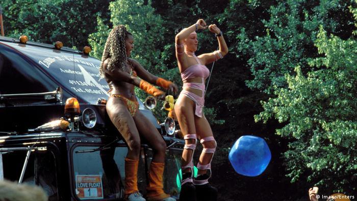 Women dancing at the Love Parade (Foto: imago/Enters)