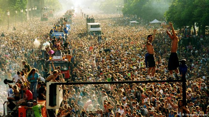 Love Parade crowd in Berlin (Foto: imago/Seeliger)
