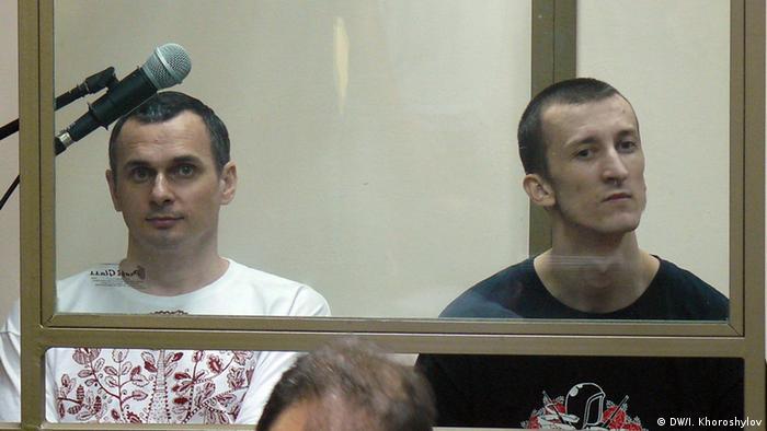 Олег Сенцов (ліворуч) та Олександр Кольченко в суді в Ростові на Дону