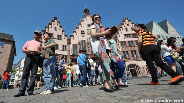 Deutschland Frankfurt am Main chinesische Touristen (picture-alliance/dpa/A. Dedert)