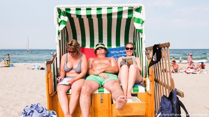 Русская мисс бикини гуляет по пляжу