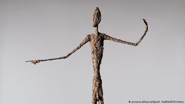 সুইস ভাস্কর আলবের্তো জাকোমেত্তির ব্রোঞ্জ মূর্তি ''অঙ্গুলিনির্দেশ''