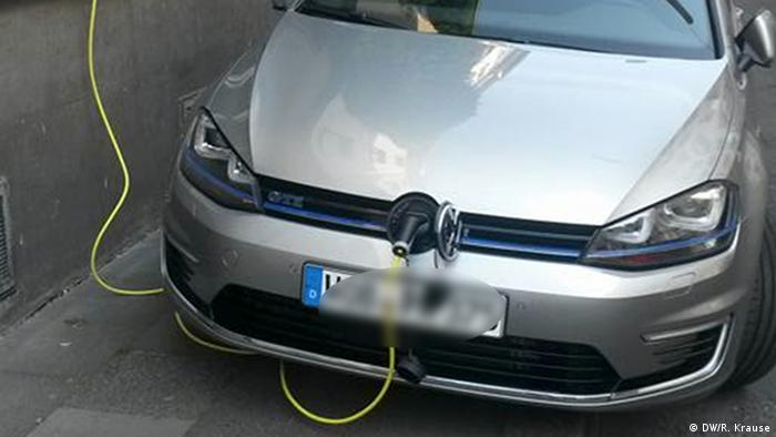 Coche eléctrico cargando la batería.