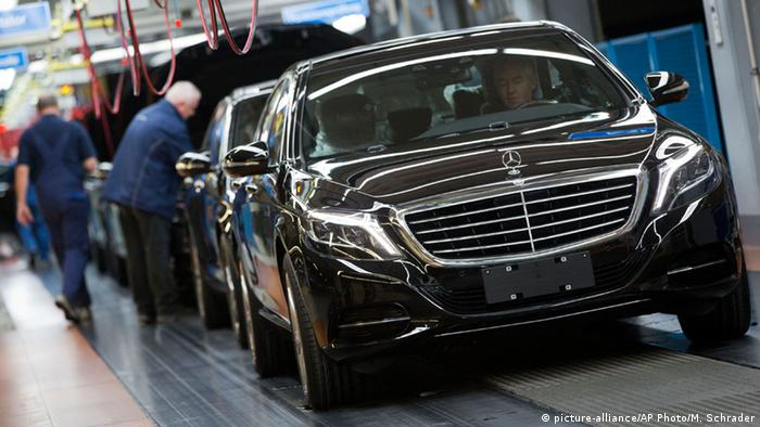 Deutschland Neue Modelle und schwacher Euro treiben Daimlers Umsatz und Gewinn (picture-alliance/AP Photo/M. Schrader)