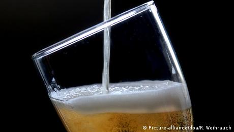 Pilsner beer is poured into a glass, Copyright: Picture-alliance/dpa/R. Weihrauch