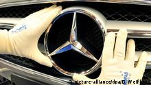 Mercedes-Benz logo on a car (picture-alliance/dpa/B. Weißbrod)