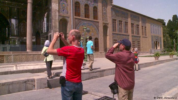 zwei männliche Touristen fotografieren ein Gebäude