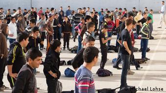 Schüler machen auf dem Schulhof Frühsport Foto: DW Akademie