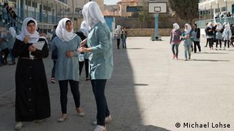 Pausenhof-Szene auf einer Mädchenschule, Mädchen stehen zusammen; Foto: DW Akademie