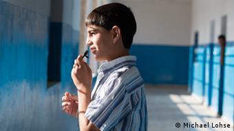Schuler Ahmed steht im Flur und schaut aus dem Fenster; Foto: DW Akademie