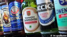 Flaschen mit alkoholfreiem Bier von verschiedenen Herstellern stehen am Freitag (01.04.2011) in München (Oberbayern) nebeneinander in einem Getränkemarkt. Der Anteil an alkoholfreiem Bier nimmt in Deutschland stetig zu. Foto: Peter Kneffel dpa/lby (zu dpa-KORR: Angesagtes Alkoholfreies: Bayerns Brauer kämpfen gegen Markttrend vom 03.04.2011)