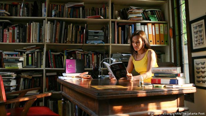 Die indonesische Autorin Ayu Utami an ihrem Schreibtisch (Foto: picture-alliance/ANN/The Jakarta Post)