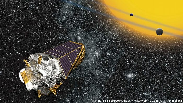 Illustration des Kepler-Satelliten vor Planeten (Foto: picture alliance).