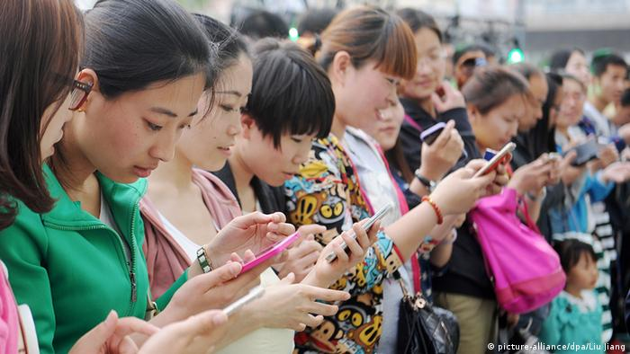 Chinese smartphone users (picture-alliance/dpa/Liu Jiang)
