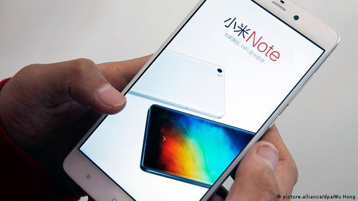 China Smartphone der Marke Xiaomi (picture-alliance/dpa/Wu Hong)