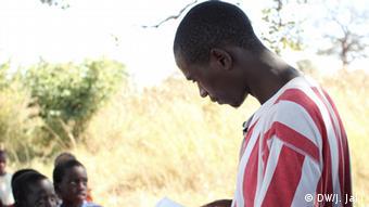 Lehrer Nchimunya Stemon (Foto: Julia Jaki/DW)