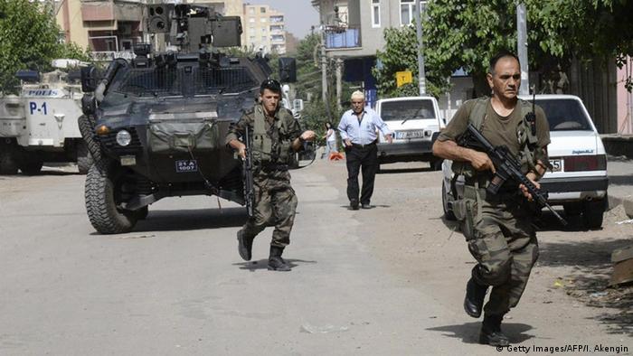 Soldados turcos durante los disturbios de Diyarbakir.
