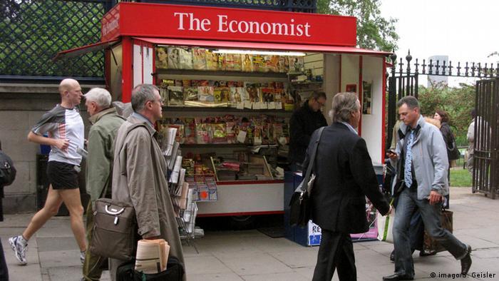 Foto simbólica de un puesto de revistas en Londres con un rótulo de The Economist