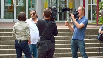 Regisseur Anis Hamdoun umringt von einem Filmteam