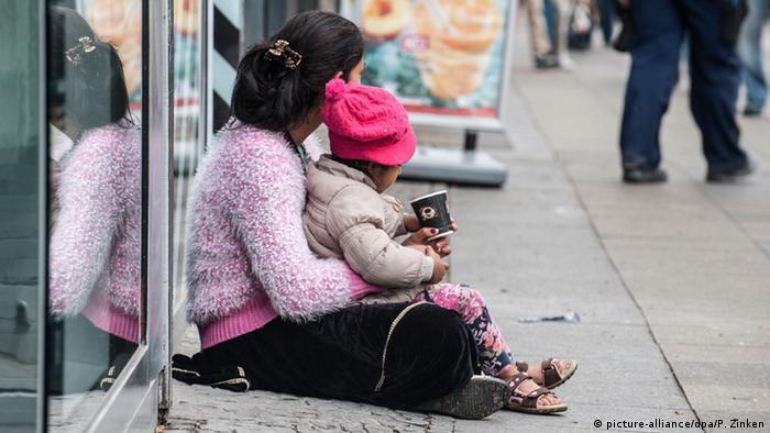 Deutschland Bettlerin mit Kind (Foto: dpa)