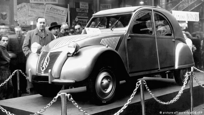 Премиерата на Ситроен 2 CV е на Парижкия автосалон през 1948 година. Автомобилът е проектиран така, че да има само няколко основни функции: да се движи, да харчи малко и да е стабилен. Затова и до последно той е оборудван само с най-необходимото. Малкият автомобил, наричан гальовно патето, слиза от конвейера преди повече от 25 години.