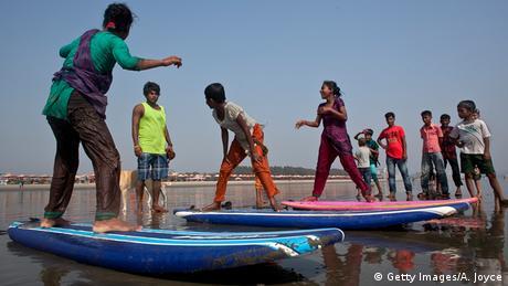 Bangladesch Bildergalerie Surfer surfen Mädchen Kinder