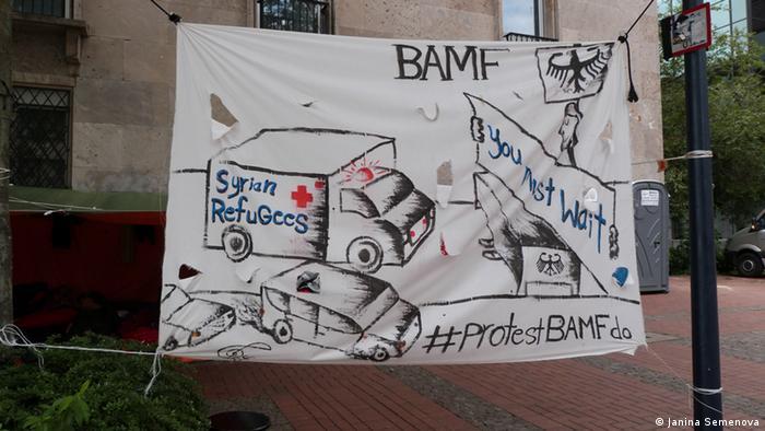 Syrische Flüchtlinge stellen Schilder für ihren Protest auf. (Foto: DW/Janina Semenova)