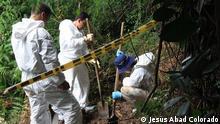 Mitarbeiter des von der GTZ geförderten Projekts ProFis graben im kolumbianischen Dschungel nach Opfern der Paramilitärs.