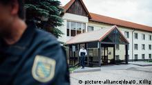 Polizisten sichern Unterkunft für Asylbewerber