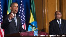 Bildunterschrift:US President Barack Obama (L) speaks during a joint press conference with Ethiopian Prime Minister Hailemariam Desalegn at the National Palace in Addis Ababa on July 27, 2015. AFP PHOTO / SAUL LOEB (Photo credit should read SAUL LOEB/AFP/Getty Images)