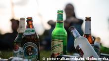 Junge Menschen trinken am 29.06.2015 ihr Feierabendbier im Görlitzer Park in Berlin. Die Bundesdrogenbeauftragte Mortler stellt am 30.06.2015 Ergebnisse zum Alkoholkonsum bei Jugendlichen in Deutschland 2014 vor. Foto: Monika Skolimowska dpa +++(c) dpa - Bildfunk+++