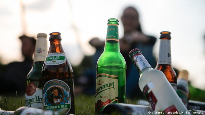 Junge Menschen trinken ihr Feierabendbier im Görlitzer Park in Berlin (picture-alliance/dpa/M. Skolimowska)