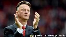 ARCHIV - Manchester United's manager Louis Van Gaal applauds the crowd after the English Premier League soccer match between Manchester United and Arsenal at Old Trafford, Manchester, Britain, 17 May 2015. EPA/Nigel Roddis http://www.epa.eu/files/Terms%20and%20Conditions/DataCo_Terms_and_Conditions.pdf (zu dpa-Meldung: «Van Gaal plant Karriereende 2017: «Habe es meiner Frau versprochen»» vom 27.07.2015) +++(c) dpa - Bildfunk+++