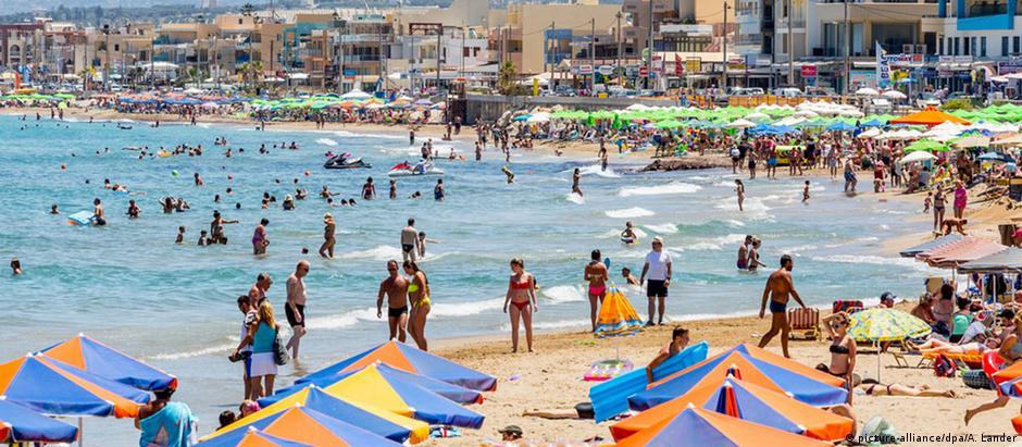 Turistas na ilha de Creta, um dos principais destinos da Grécia. Turismo é um dos pilares da economia do país