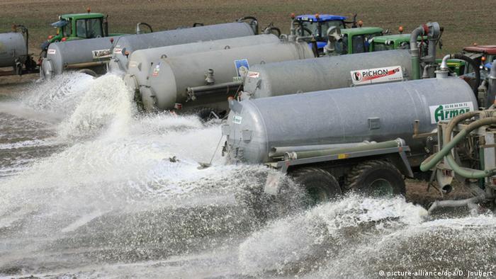 Protest französische Bauern verschütten 800 000 Liter Milch auf Feldern