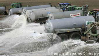 Французские фермеры выливают молоко из цистерн на поле