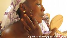 Bintou Dembele, 33, who works in the textile industry in Mali_s capital Bamako, says lighter shades of brown as regarded as more beautiful and applies a skin lightening cream at 15.07.2015. Photo: Alex Duval Smith/dpa (zu dpa Korr-Bericht Im Namen der Schönheit - Wie Afrikas Frauen ihre Gesundheit riskieren vom 23.07.2015) +++(c) dpa - Bildfunk+++
