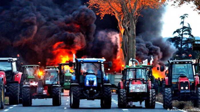 Фермеры с помощью тракторов перекрывают дорогу