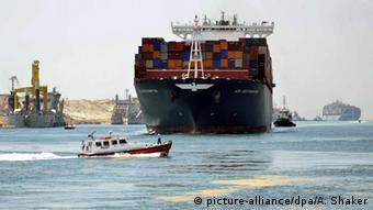 Εμπορικό πλοίο με κοντέινερ διέρχεται από τη νέα διώρυγα του Σουέζ μετά τη διαπλάτυνση